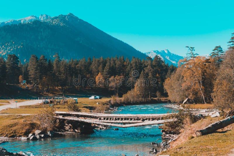 Stary most nad rzek? w wsi zdjęcia royalty free