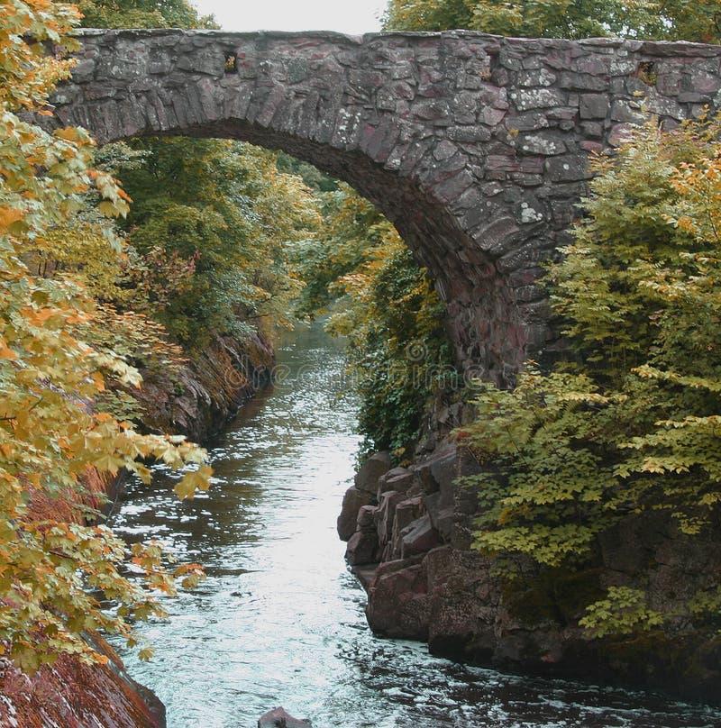 stary most nadmiar wody obraz stock
