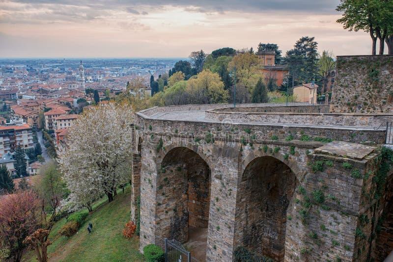 Stary most przez ulicę Sant Alessandro do miasta Cita Alta w Bergamo obrazy royalty free
