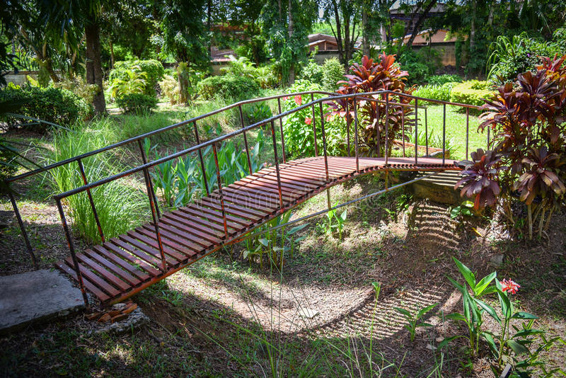 Stary most w ogródach fotografia stock