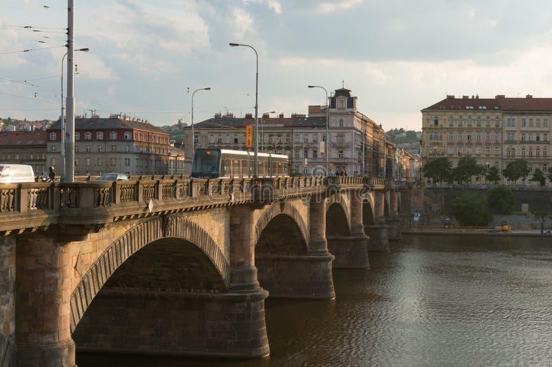 Stary most z tramwajarskim chodzeniem nad Vltava rzeką w Praga centrum miasta obraz royalty free