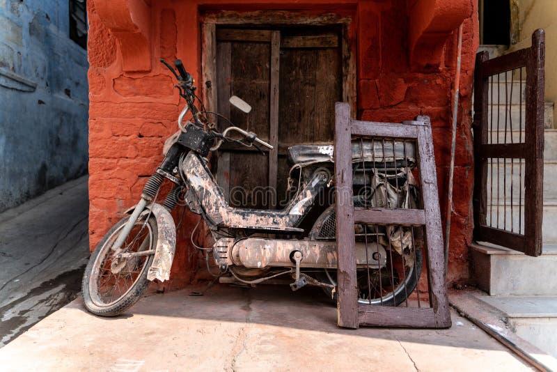 Stary motocykl i okno fotografia stock