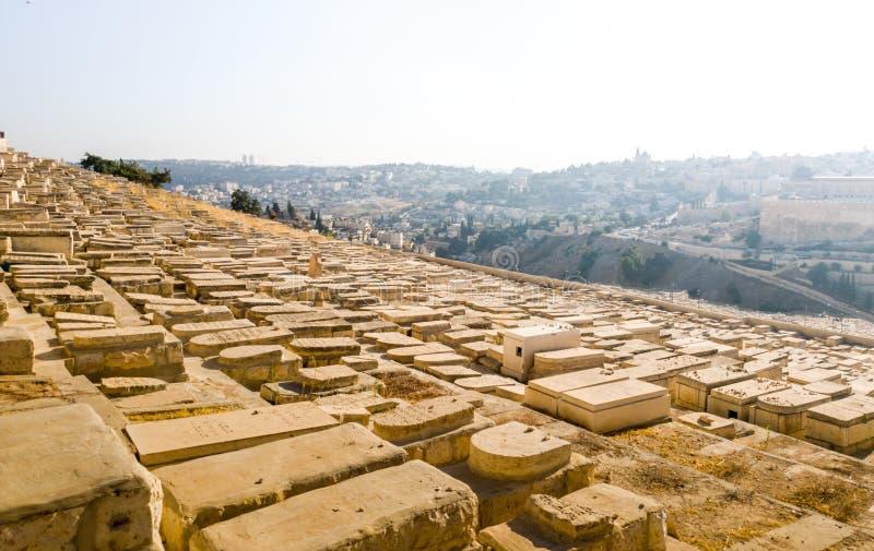 Stary muzułmański cmentarz przy zmierzchem na oliwnej górze w starym Jerozolima, Izrael obraz stock