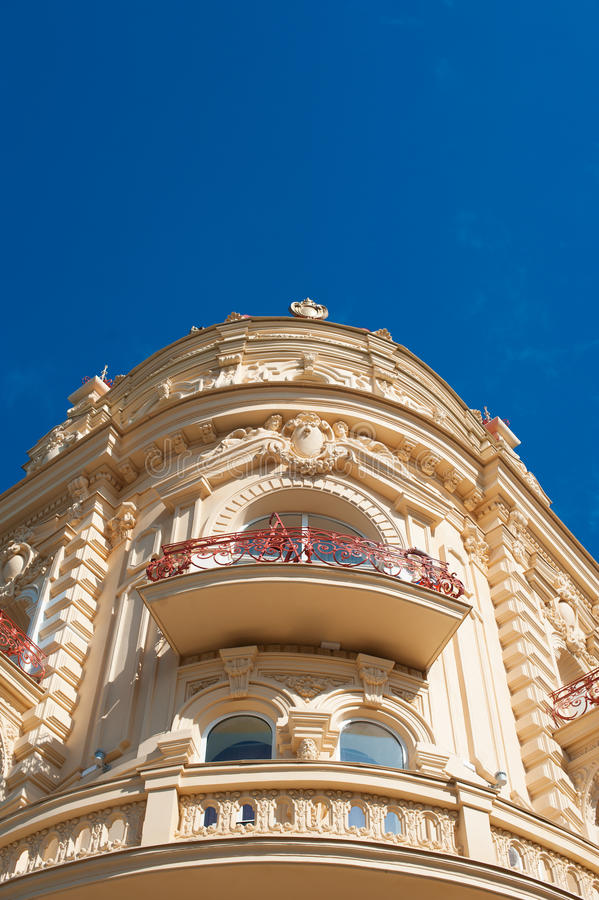 Stary narożnikowy budynek z kamiennymi balkonami przeciw niebu obraz royalty free