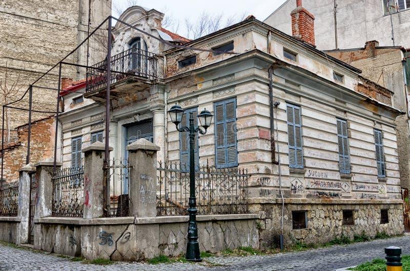 Stary neoklasyczny budynek w Florina, popularny zimy miejsce przeznaczenia w północnym Grecja obrazy royalty free