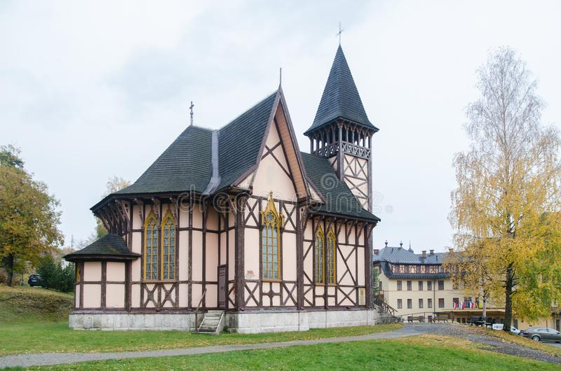 Stary niemiec stylu kościół od gór obrazy stock