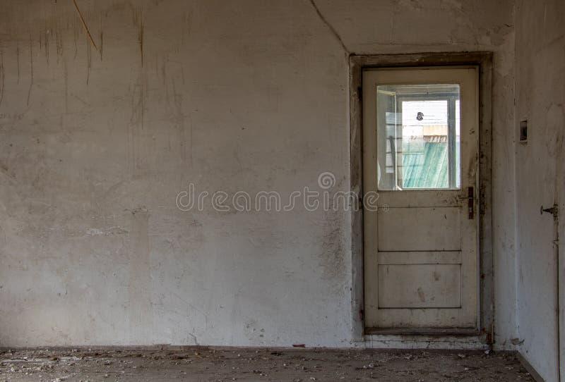 Stary nieociosany drzwi w budynku zdjęcia stock