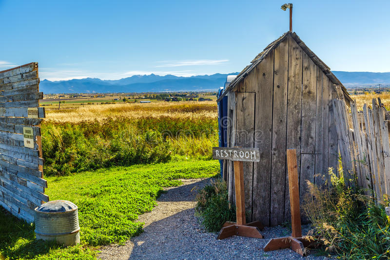 Stary Nieociosany Outhouse fotografia stock