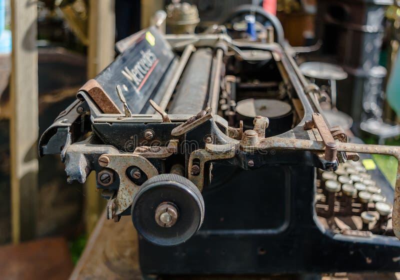 Stary ośniedziały rocznika Mercedez maszyny do pisania zbliżenie strzelał w pchli targ fotografia stock