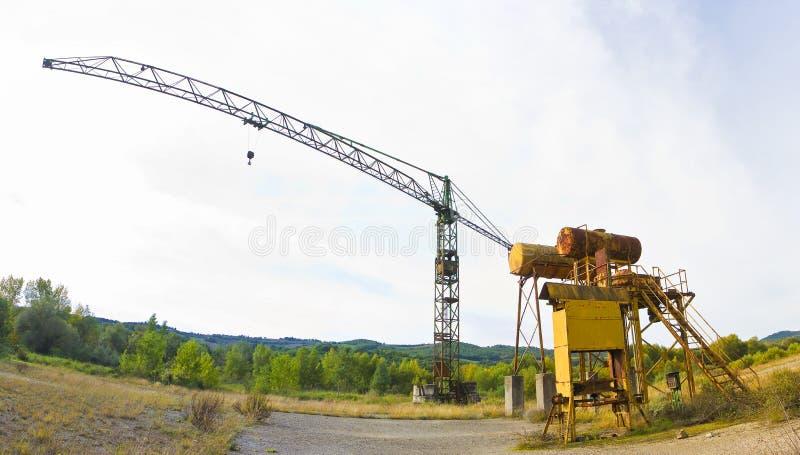 Stary ośniedziały basztowy żuraw w zaniechanym przemysłowym terenie zdjęcia stock