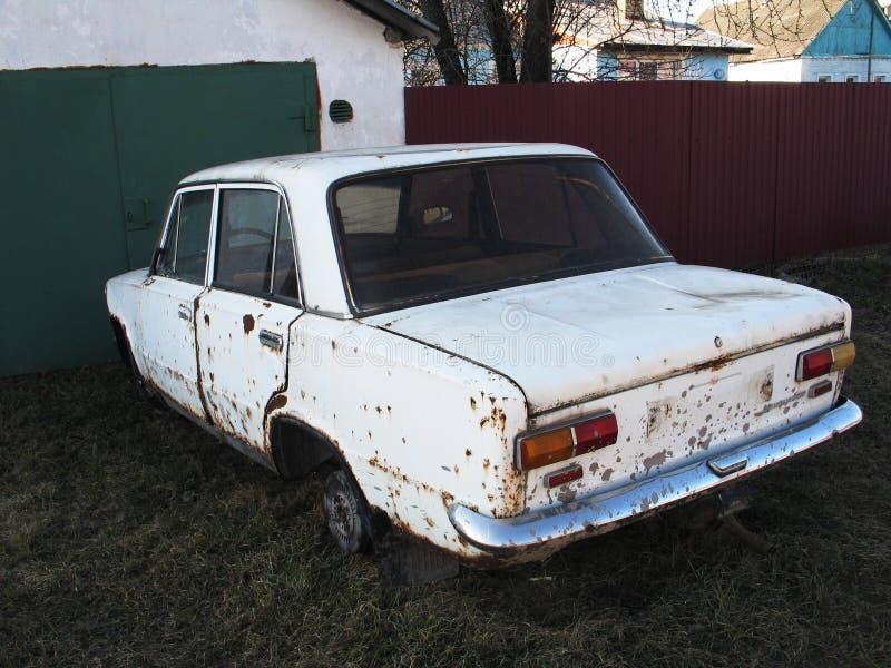 stary ośniedziały biały samochód bez kół plenerowych fotografia royalty free