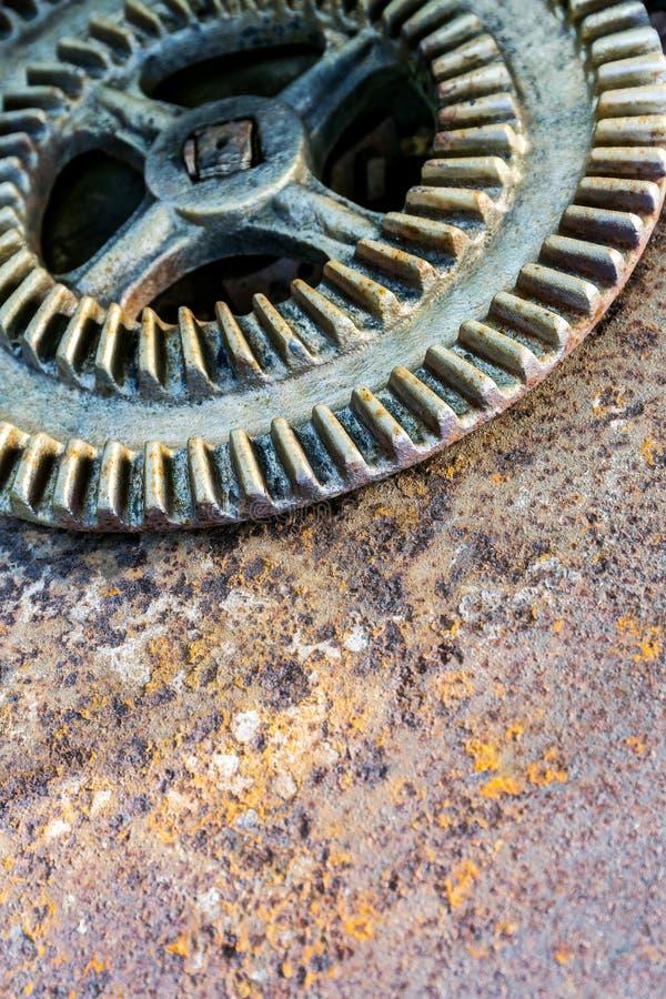 Stary ośniedziały cog koło na ośniedziałej metal powierzchni obrazy royalty free