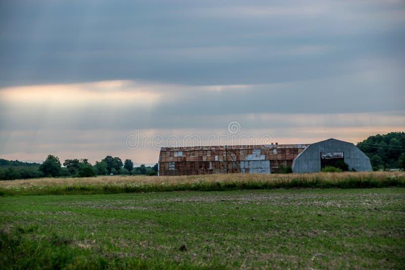 Stary ośniedziały hangar obraz royalty free