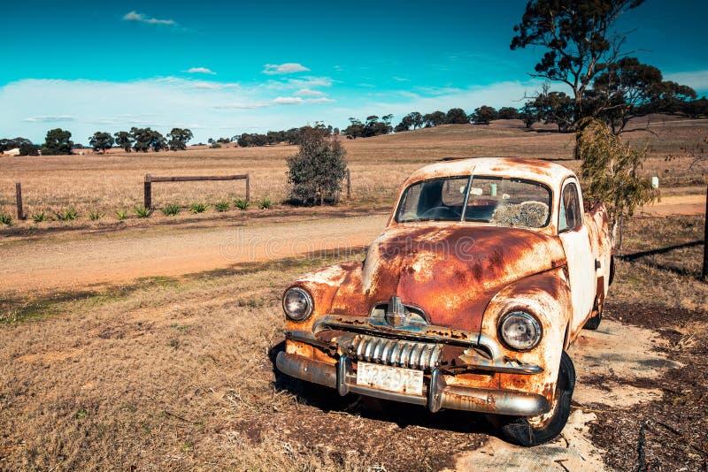 Stary ośniedziały Holden FJ pikap obrazy stock
