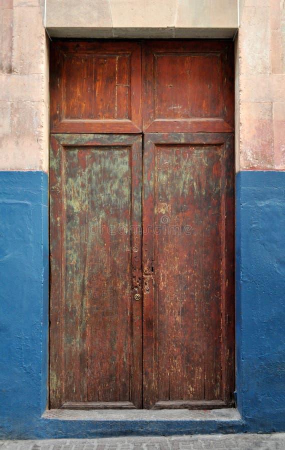 Stary ośniedziały Meksykański kolonialny drzwi fotografia royalty free