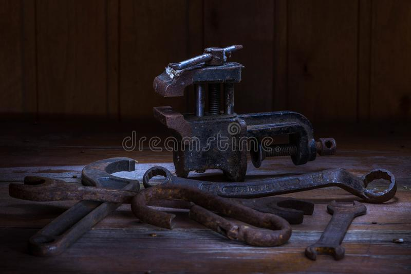 Stary ośniedziały narzędzie w ciemnym pokoju, kompletnie ciemny miejsce, bawić się z światłami, stary materiał, rozpusta, klucze  zdjęcie royalty free