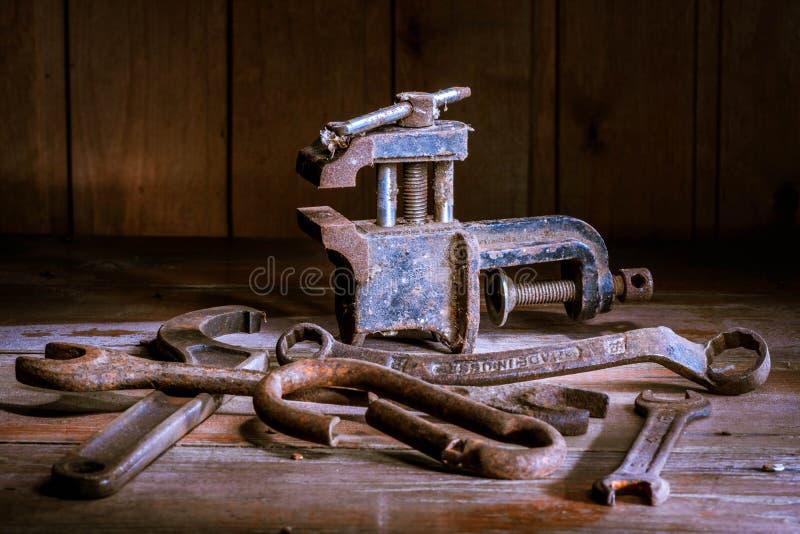 Stary ośniedziały narzędzie w ciemnym pokoju, kompletnie ciemny miejsce, bawić się z światłami, stary materiał, rozpusta, klucze  obrazy royalty free