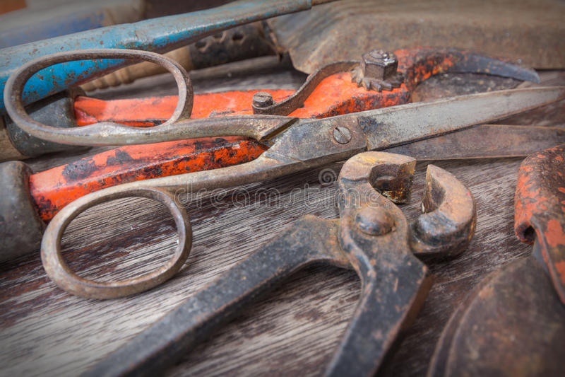 Stary ośniedziały nożycowy, strzyżenia i pincer, - rocznika ogrodnictwa narzędzia na drewnianym tle obraz royalty free