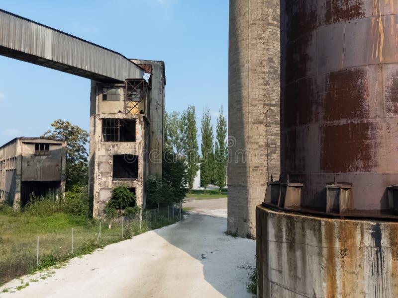 Stary ośniedziały przemysłowy builing w Niskim Vitkovice, Ostrava republika czech, Czechia,/ zdjęcia royalty free