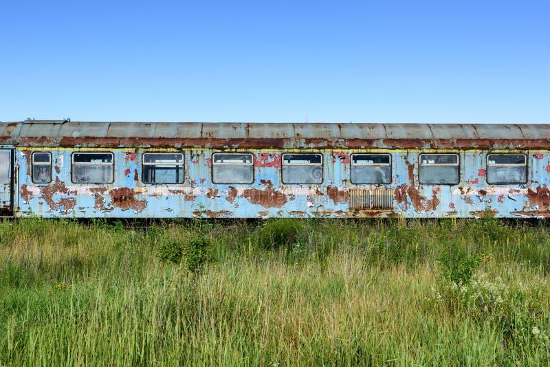 Stary ośniedziały whit łamający kolejowego furgonu okno obrazy stock