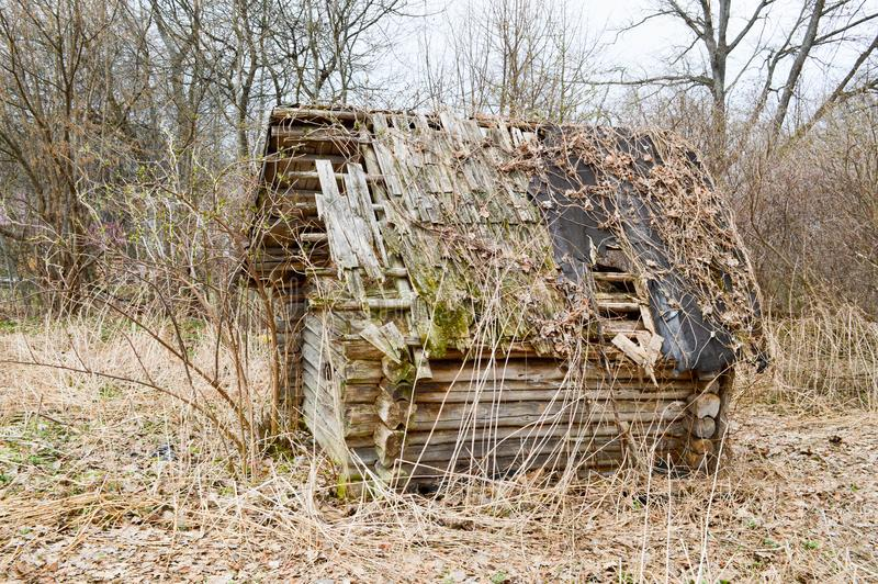 Stary stary obdrapany mały drewniany zaniechany rujnujący chwiejne łamający wioska dom promienie, notuje i wtyka w pustkowiu obrazy stock