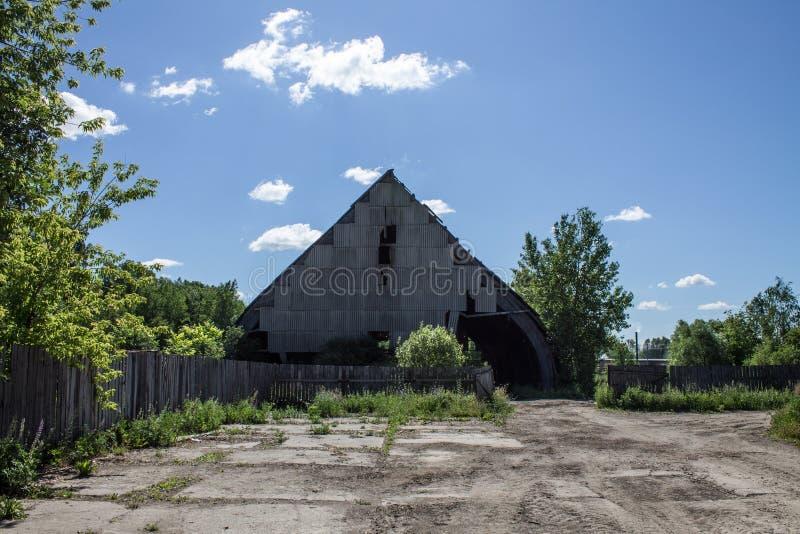 Stary obdrapany metal produkcji hangar obraz royalty free