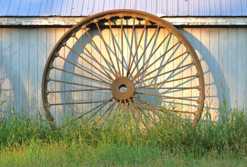 Stary obsady żelaza furgonu koło zdjęcie stock
