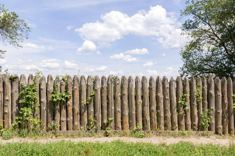 Stary ogrodzenie bele Częstokół przeciw niebieskiemu niebu zdjęcie royalty free