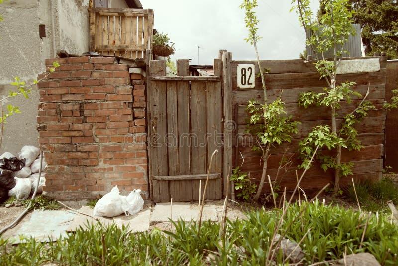 Stary ogrodzenie i drzwi. zdjęcie royalty free