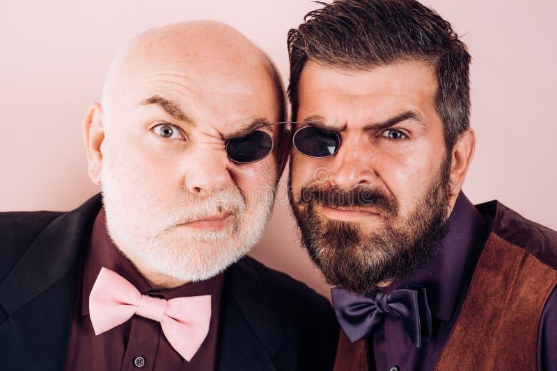 Stary ojciec i syn Ojca dzień Szalone emocje Komiczny tata i syn Śmieszni wyrażeniowi ludzie Ojczulek komiczka Szczęście zdjęcia royalty free