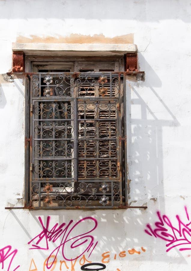 Stary okno i dom z graffiti obrazy stock