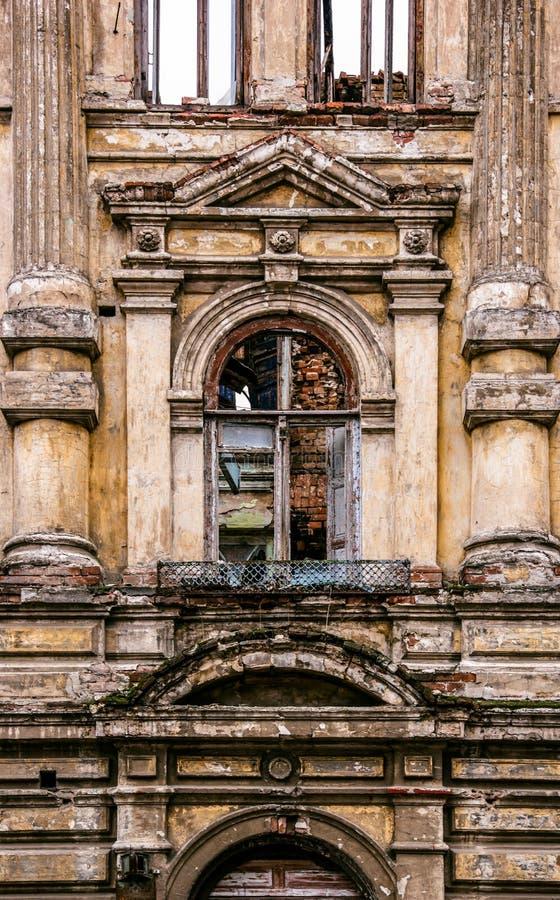 Stary okno w rujnującym dworze Fasada stary burnt dom obrazy stock