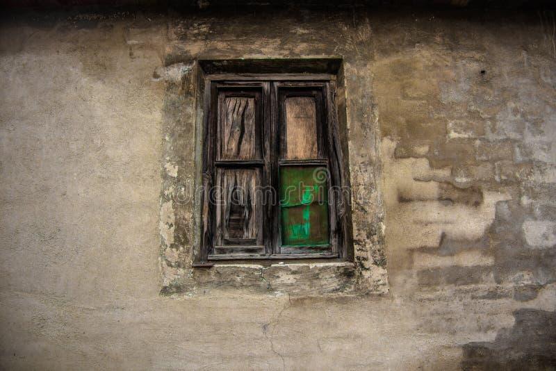 Stary okno w starym budynku façade zdjęcie stock