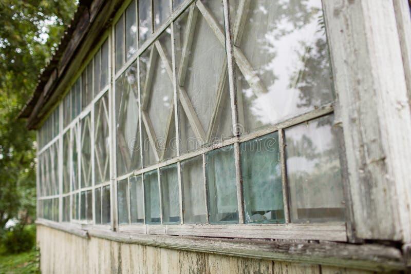 Stary okno w starym drewnianym domu fotografia stock
