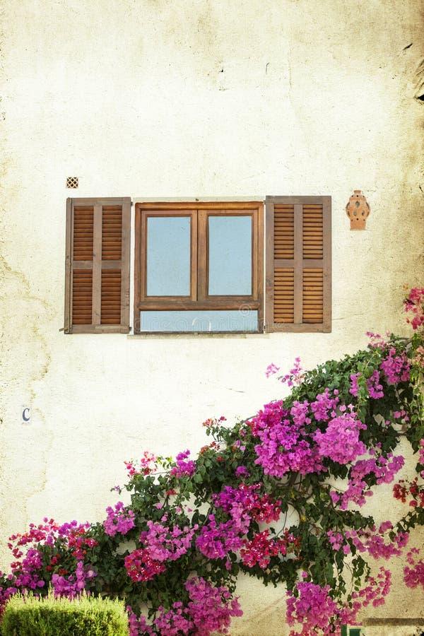Stary okno z otwartymi drewnianymi żaluzjami fotografia royalty free
