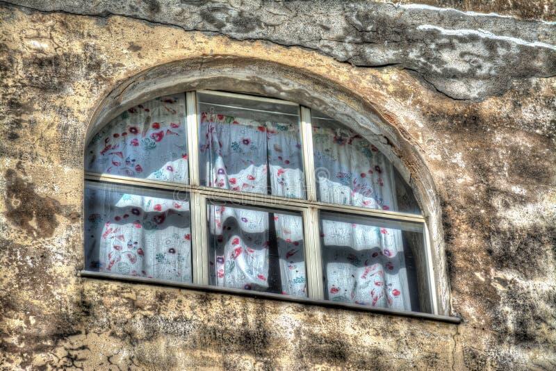 Stary okno z zasłoną w nieociosanej ścianie zdjęcia royalty free