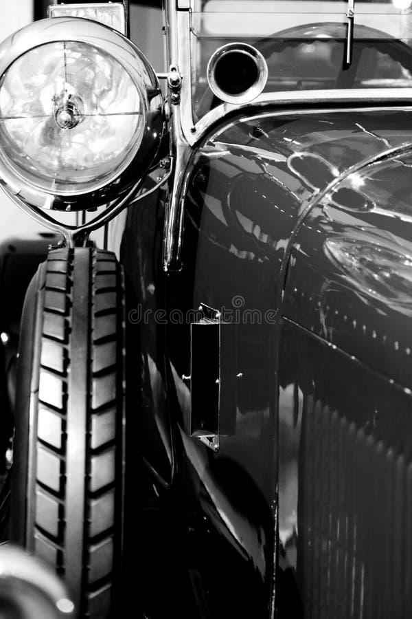 Stary okrzesany klasyczny samochód w sala wystawowej fotografia royalty free