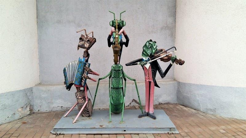 STARY OSKOL, РОССИЯ - 6-ОЕ НОЯБРЯ 2016 Скульптура музыкантов в форме насекомых играя музыкальные инструменты стоковые фотографии rf