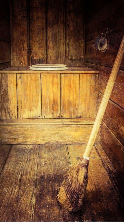 Download Stary outhouse z miotłą zdjęcie stock. Obraz złożonej z wieśniak - 57674352