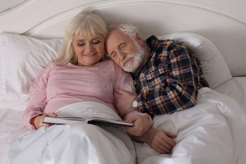 Stary pary czytanie w łóżku fotografia stock