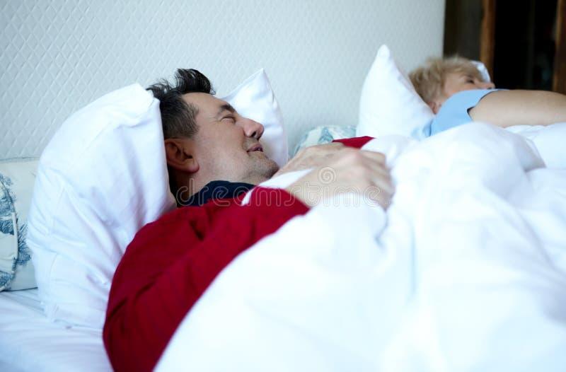 Stary pary dosypianie na łóżku obraz stock