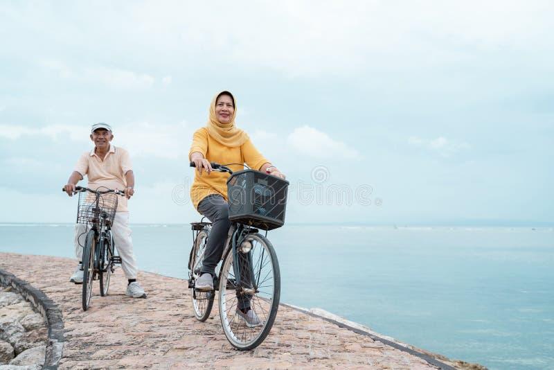 Stary pary przejażdżki bicykl wpólnie obrazy stock