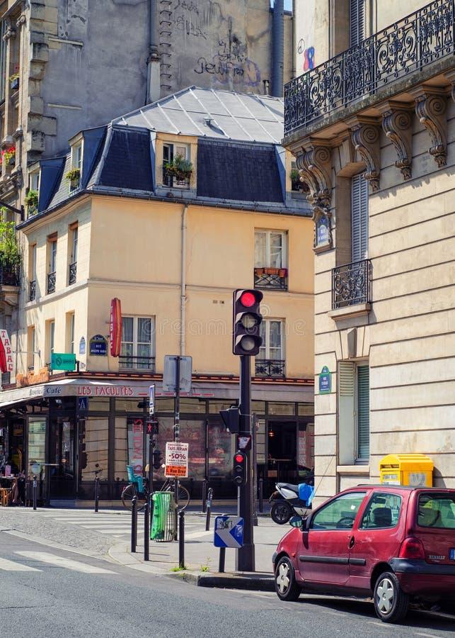 Stary Paryjski budynek z kawiarnią w piwnicie fotografia royalty free