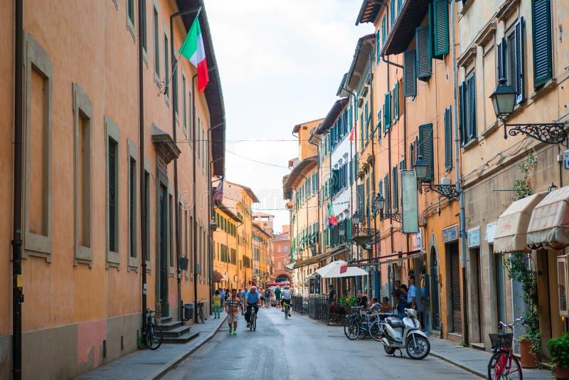 Stary piękny opróżnia wąskie ulicy w małym mieście Lucca w Włochy obraz stock