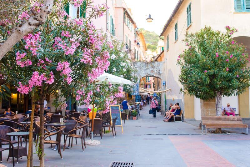 Stary piękny opróżnia wąskie ulicy z pięknymi kwiecistymi drzewami w nabrzeżnej wiosce w Cinque Terre, Włochy obraz royalty free