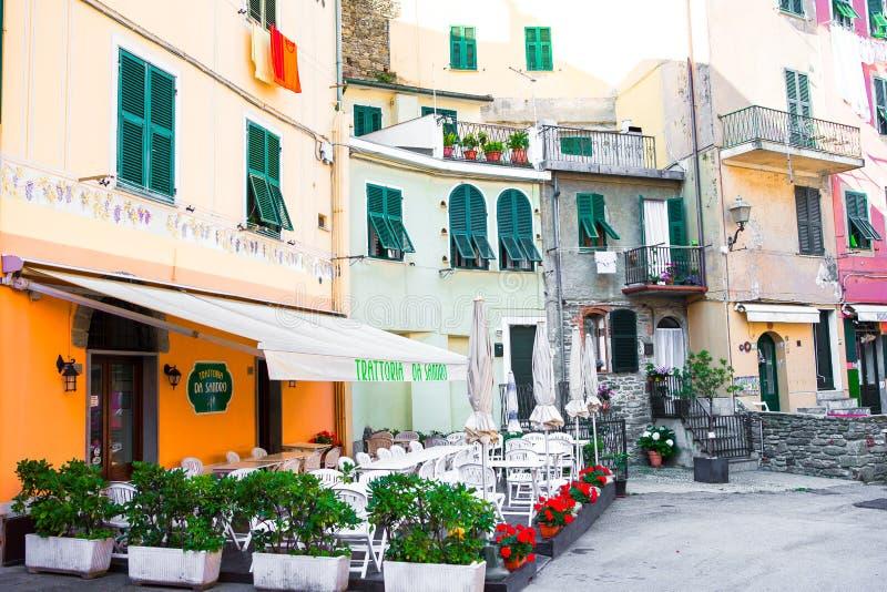 Stary piękny opróżnia wąskie ulicy z plenerową kawiarnią w nabrzeżnej wiosce w Cinque Terre, Włochy obraz stock