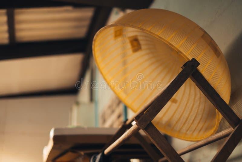 Stary Plastikowy cowl pokrywy jedzenie na drewnianych ubraniach dręczy przy starym domem fotografia stock