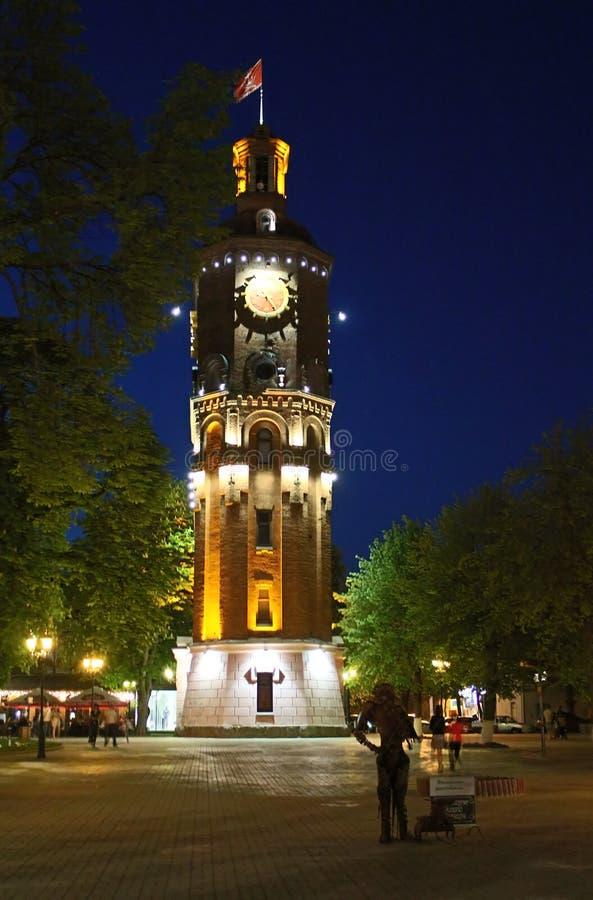 Stary pożarniczy wierza z zegarem przy nocą w Vinnitsa obrazy stock