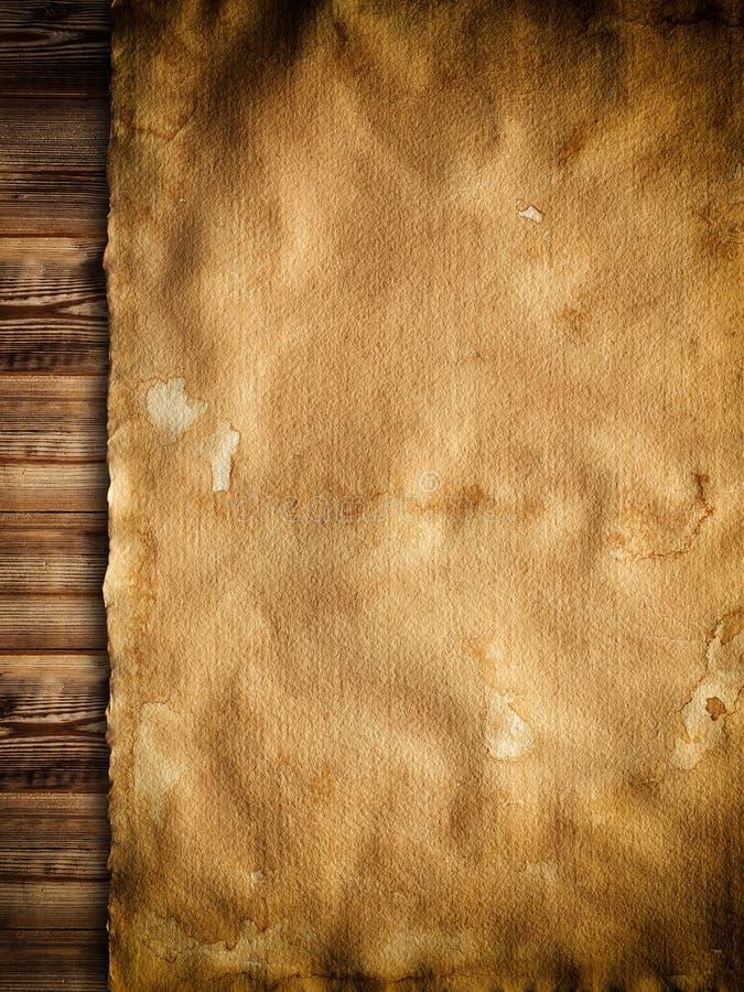 Stary pobrudzony papieru prześcieradło na drewnianym tle zdjęcia stock