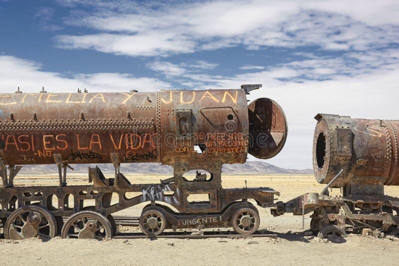 Stary pociąg w taborowym cmentarnianym Cementerio De Los Trenes, Uyuni, zdjęcie stock